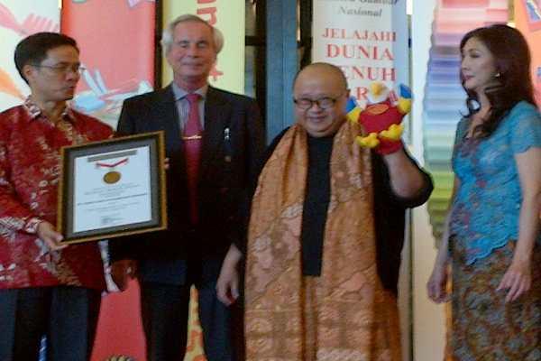 Pendiri MURI Jaya Suprana (dua dari kanan) menyerahkan penghargaan kepada manajemen PT Faber-Castell International Indonesial - JIBI/Rahmayulis Saleh
