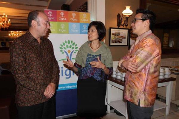Presiden Direktur PT Asuransi Cigna Christine Setyabudhi (tengah) - Bisnis.com