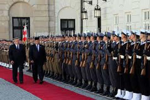 Memeriksa Pasukan Kehormatan: Presiden Susilo Bambang Yudhoyono dan Presiden Polandia Bronislaw Komorowski memeriksa pasukan kehormatan, di Istana Presiden, Warsawa, Rabu (4/9/2013) - Antara