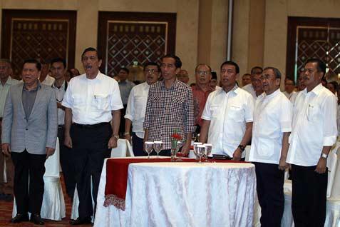 Capres Joko Widodo atau Jokowi (tiga kiri) bersama sejumlah Purnawirawan TNI/Polri Jenderal (Purn) A M Hendropriyono (kiri), Jenderal TNI (Purn.) Luhut Binsar Pandjaitan (dua kiri), Ketua Umum Partai Hanura Jenderal (Purn) Wiranto (empat kiri), Marsekal TNI (Purn) Sutria Tubagus (dua kanan) dan Jenderal Pol (Purn.) Da'i Bachtiar (kanan) menghadiri Silaturahmi Keluarga Besar Purnawirawan Perwira TNI dan Polri dengan Capres Jokowi di Balai Kartini, Jaksel, Selasa (3/6).  - antara