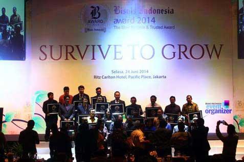 Pemenang berfoto bersama pada acara Bisnis Indonesia Award 2014 di Jakarta, Selasa (24 - 6).