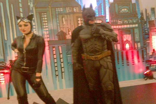 Batman dan Catwoman hibur pengunjung di Senayan City Jakarta. - Rahmayulis Saleh
