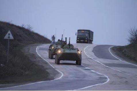 Tank militer Rusia melaju di jalan dari Sevastopol ke Simferopol. Tak ada perpanjangan gencatan senjata - Reuters