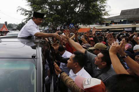Capres Prabowo menyalami para pendukungnya - reuters