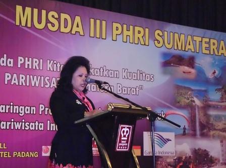 Ketua Umum DPP PHRI Yanti Sukamdani saat menyampaikan sambutan pada Musda III PHRI Sumbar (17/6/2011). - Antara
