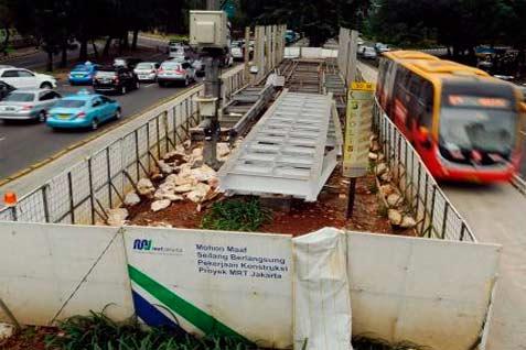 Pekerjaan konstruksi proyek MRT (Mass Rapid Transport) terus berlangsung di Jalan Sudirman Jakarta, Senin (5/5). Kementerian Perhubungan menyebutkan tahun 2020 MRT (Mass Rapid Transport) sudah bisa dinikmati warga Jakarta. Pengerjaan fisik tahap satu Lebak Bulus-Bundaran HI diperkirakan selesai pada 2017. Sementara tahap II Bundaran HI-Kampung Bandan akan selesai pada tahun 2020.  - bisnis.com