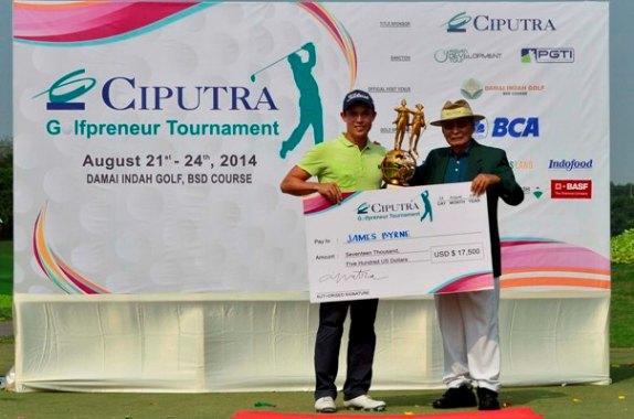 Ir. Ciputra memberikan Piala dan Hadiah kepada James Byrne, Pemenang Ciputra Golfpreneur Tournament