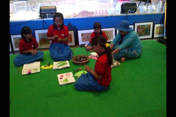 Beberapa anak tampak asyik melukis di acara Kids Art yang digelar di Kalibata City Square Jakarta, yang diadakan hingga hari ini. (Rahmayulis Saleh)