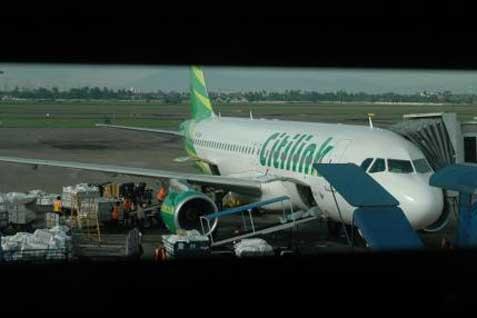 Pesawat Citilink bongkar muat kargo - Bisnis