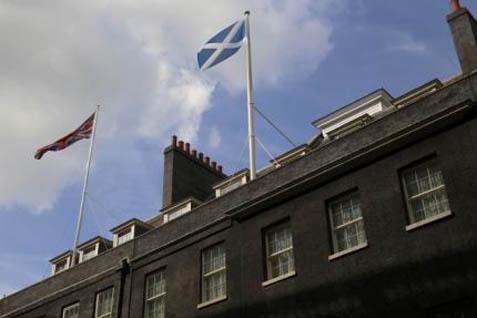 Bendera Skotlandia berkibar di samping bendera Inggris - Reuters