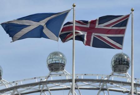 Bendera Skotlandia dan Bendera Inggris berkibar di Kantor perwakilan Skotlandia di London (28/8/2014) - Reuters/Toby Melville