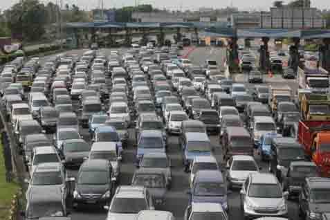 Kemacetan lalu lintas di pintu keluar tol Jakarta-Cikampek - JIBI