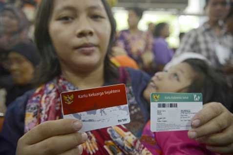 Warga menunjukkan Kartu Indonesia Pintar dan Kartu Indonesia Sehat - Antara