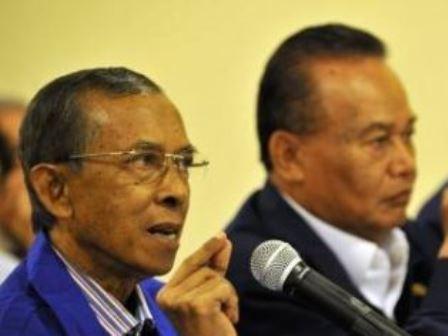 Sholeh Solahuddin (kanan) dan Syamsuk Muarif (kanan) saat memberikan keterangan pers tentang catatan akhir tahun Ormas Nasdem di Jakarta, Kamis (29/12/2011). - Antara/Prasetyo Utomo