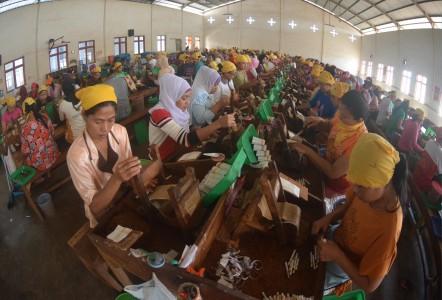 Aktivitas pekerja di pabrik rokok - Antara