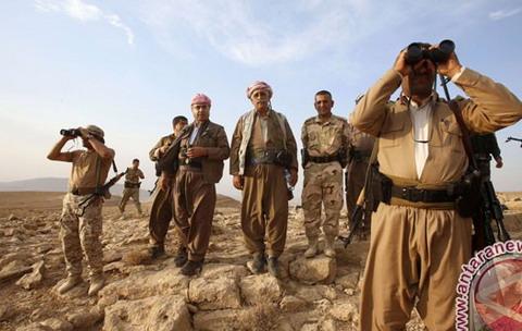 Pasukan Peshmerga Kurdi bersiaga di dekat kota Makhmur, Irak, setelah ISIS mundur dari daerah ini (REUTERS - Youssef Boudlal)