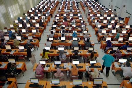 Ratusan peserta mengikuti Tes Kompetensi Dasar (TKD) untuk penerimaan Calon Pegawai Negeri Sipil (CPNS) - Antara