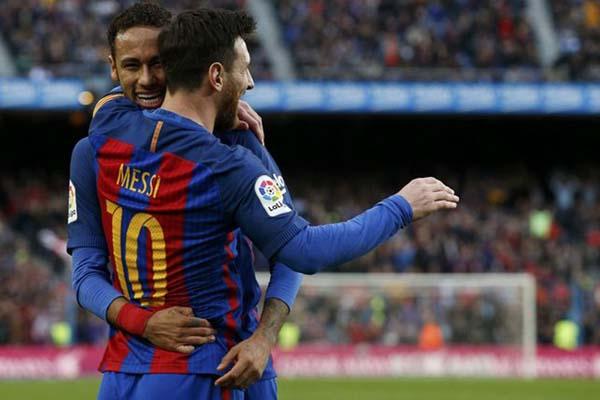 Lionel Messi (10) disambut Neymar da Silva Jr. setelah mencetak gol Barcelona ke gawang Athletic Bilbao - Reuters/Albert Gea