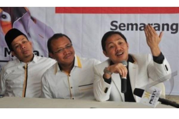 Anis Matta (kanan) saat menjabat Presiden Partai Keadilan Sejahtera (PKS) didampingi Sekjen PKS saat itu Muhammad Taufik Ridho (tengah), dan Wasekjen PKS Fahri Hamzah (kiri) menjawab pertanyaan wartawan, pada konferensi pers Rapimnas PKS, di Semarang, Jateng, Kamis (18/4/2014). - Antara/R. Rekotomo