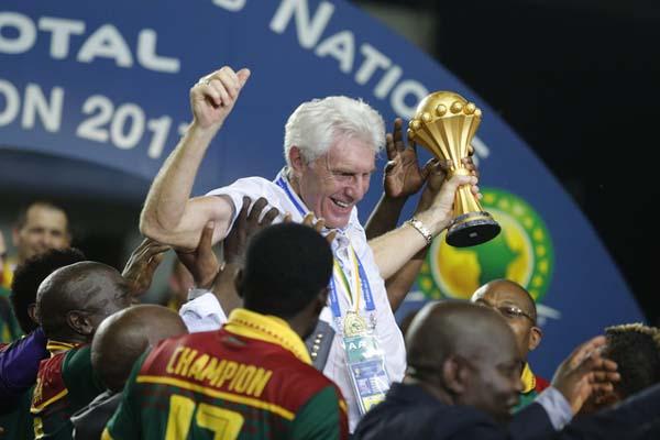 Pelatih Timnas Kamerun Hugo Broos dalam pesta juara Piala Afrika 2017 - Reuters/Amr Abdallah Dalsh