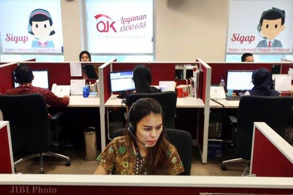 Karyawan beraktivitas di call center Otoritas Jasa Keuangan (OJK) di Jakarta. - JIBI/Abdullah Azzam