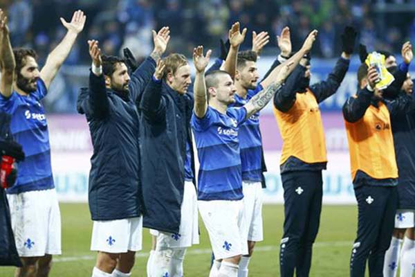 Para pemain Darmstadt 98 memberi salam kepada oendukungnya setelah merontokkan Borussia Dortmund - Reuters/Ralph Orlowski