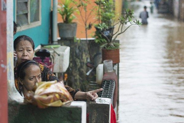 Warga berdiam di rumahnya saat banjir melanda di Kelurahan Cipinang Melayu, Kecamatan Makassar, Jakarta, Senin (20/2). - JIBI/Rosa Panggabean