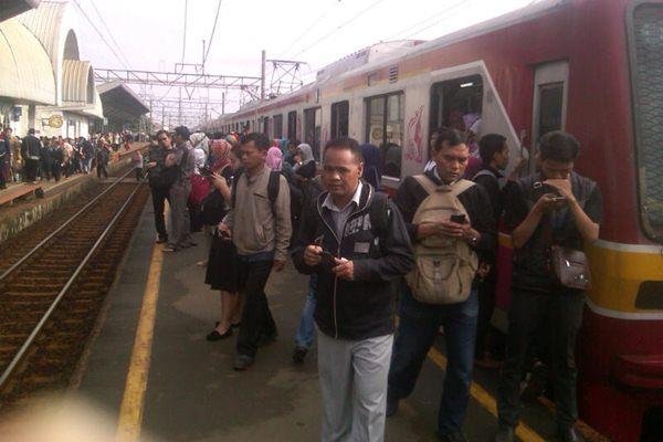 KRL Commuterline di Depok-Pasar Minggu - Bisnis.com/Saeno