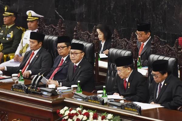 Ketua MPR Zulkifli Hasan (tengah) dan para wakil ketua - Antara/Akbar Nugroho Gumay