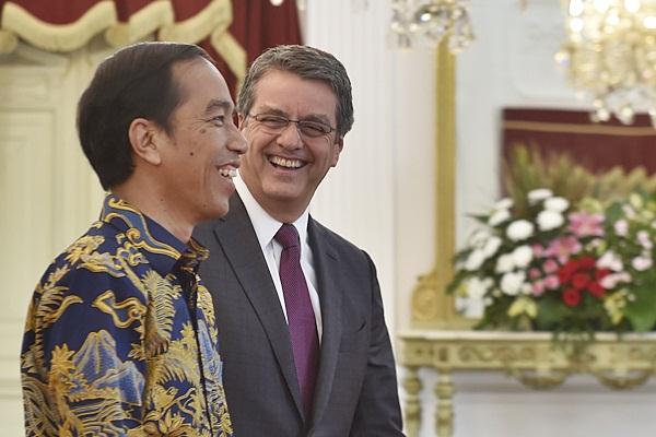 Presiden Joko Widodo (kiri) berbincang dengan General Director WTO Roberto Azevedo, di Istana Merdeka, Jakarta, Rabu (13/4). - Antara/Puspa Perwitasari