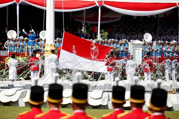 Pengibaran Sang Saka Merah Putih saat upacara peringatan HUT ke-71 Kemerdekaan RI, di Istana Kepresidenan, di Jakarta. - REUTERS/Darren Whiteside