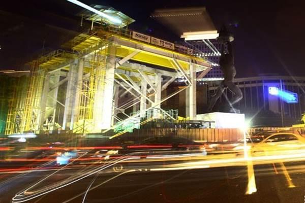 Suasana pembangunan stasiun Mass Rapid Transit (MRT) Patung Pemuda di kawasan Bunderan Senayan, Jakarta - Antara