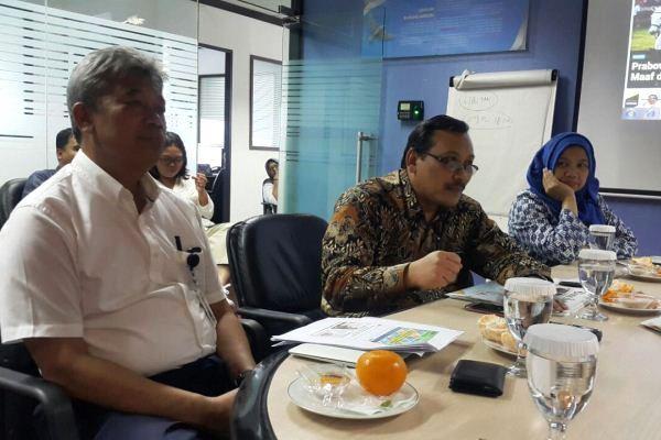 Kepala BSN Bambang Prasetya (tengah) didampingi Kepala Pusat Sistem Penerapan Standar BSN Zakiyah (kanan) dan Kabiro Hukum & Humas BSN Budi Rahardjo dalam kunjungan ke Kantor Harian Bisnis Indonesia di Wisma Bisnis Indonesia, Jakarta, Selasa (7/3 - 2017). (Rahayuningsih/Bisnis)