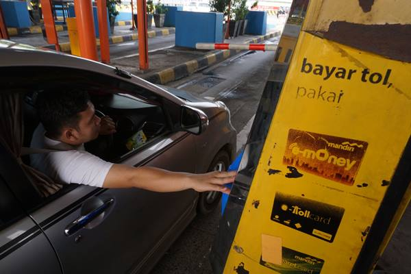 Pengguna e-toll saat melakukan transaksi di gerbang tol Karang Tengah, Tangerang, Banten, Jumat (1/7).  - Antara