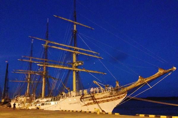 Salah Satu Kapal Layar Tertua Norwegia Sandar di Pelabuhan Benoa - Natalia Kartikaningrum