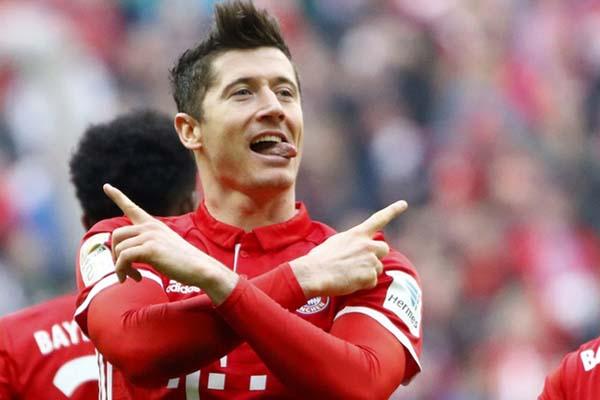 Striker Bayern Munchen Robert Lewandowski sesaat setelah menjebol gawang Eintracht Frankfurt - Reuters/Wolfgang Rattay