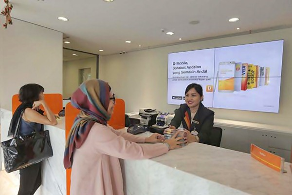 Karyawan melayani nasabah di salah satu kantor PT Bank Danamon Indonesia Tbk (BDMN) di Jakarta. - JIBI/Nurul Hidayat