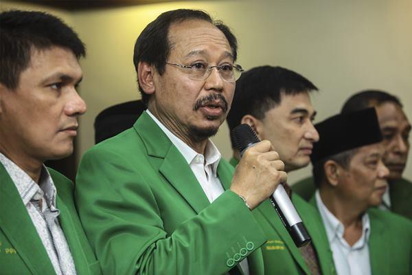 Ketua Umum DPP PPP Djan Faridz (kedua kiri) didampingi Sekjen PPP Dimyati Natakusuma (ketiga kiri) beserta pengurus lainnya memberikan keterangan pers usai bertemu Menteri Hukum dan HAM Yasonna H Laoly di kantor Kemenkumham, Jakarta, Rabu (23/11).  - Antara