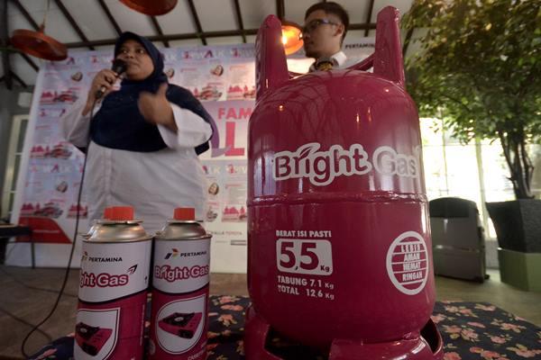 Manager Area Communication & Relations Pertamina regional Sulawesi, Fety (kiri) dan SR LPG Rayon II Domestik Gas Region VII, Demi Hamdani (kanan) memberi penjelasan mengenai tabung Bright Gas ukuran 5,5 Kg, Makassar, Sulawesi Selatan, Kamis (4/8). - Antara