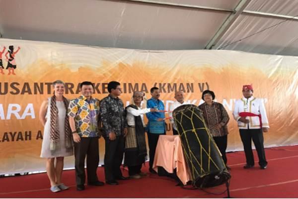 Menteri Lingkungan Hidup dan Kehutanan Siti Nurbaya (kedua, kanan)membuka secara resmi Kongres Masyarakat Adat Nusantara V 16 Maret 2017, yang diselenggarakan di Kampong Tanjung Gusta, Sumatra Utara. - .AMAN