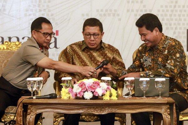 Menteri Agama Lukman Hakim Saifuddin (tengah) bersama Kapolri Jenderal Pol Tito Karnavian (kiri) dan Ketua Komnas HAM Imdadun Rahmat bersiap memberikan pandangannya pada acara Kongres Nasional Kebebasan Beragama dan Berkeyakinan di Jakarta, Kamis (16/3). - Antara/Muhammad Adimaja