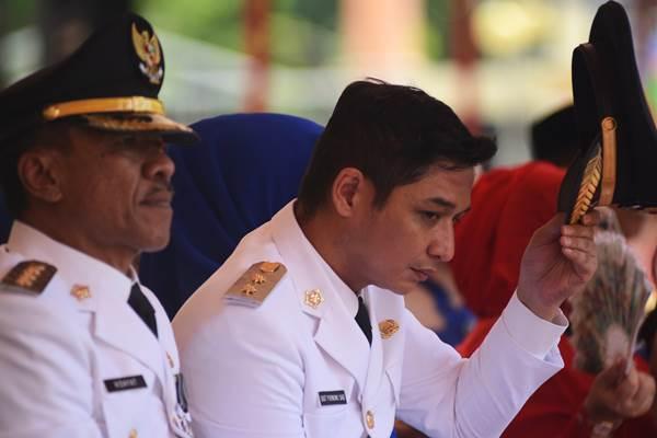 Sigit Purnomo Said alias Pasha Ungu (kanan) melepas topinya usai dilantik sebagai Wakil Walikota Palu, Sulawesi Tengah, Rabu (17/2) - Antara