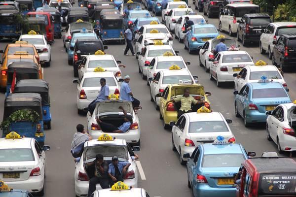 Demo sopir taksi dan angkutan umum menolak Uber dan Grab - Antara/Yossy Widya