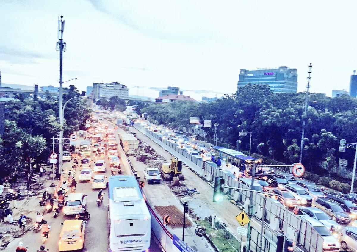 Arus lalu lintas terpantau padat akibat pembangunan uderpass Mampang Jakarta Selatan, Kamis (30/3/2017). - TMCPoldaMetro