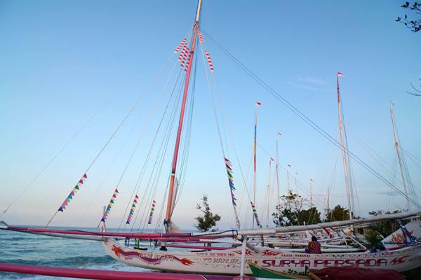 Seorang awak bersantai di perahu Sandeq Mandar yang diparkir dipantai Bambalemo, Parigi Moutong, Sulawesi Tengah, Kamis (17/9). - Antara