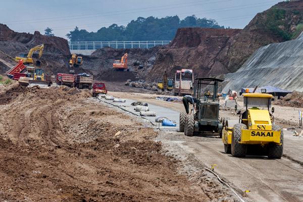 Pekerja mengoperasikan alat berat pada proyek pembangunan jalan tol Bawen-Salatiga di Kandangan, Kabupaten Semarang, Jawa Tengah, Kamis (30/3). - Antara/Aji Styawan