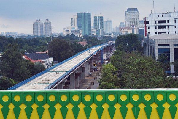 Ilustrasi: Suasana pembangunan pengerjaan proyek mass rapid transit (MRT) tahap pertama sektor layang di Kawasan Blok M, Jakarta, Sabtu (1/4/2017). - Antara/Wahyu Putro A