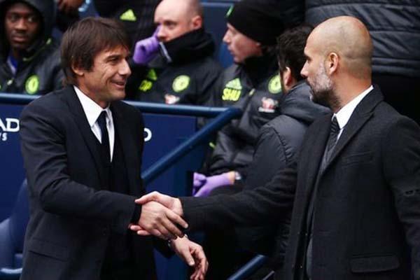 Pelatih Chelsea Antonio Conte (kiri) dan pelatih Manchester City Pep Guardiola - Rex Features