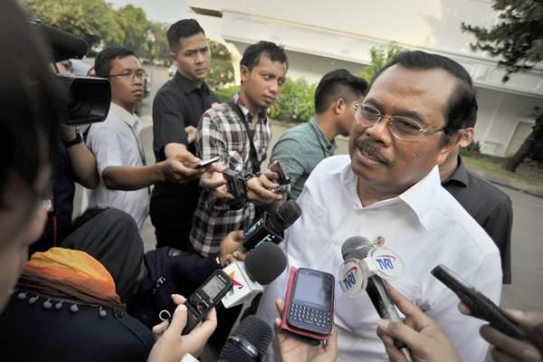 Jaksa Agung Prasetyo (kanan) menjawab pertanyaan wartawan usai bertemu dengan Presiden Joko Widodo, di Istana Merdeka, Jakarta. - Antara