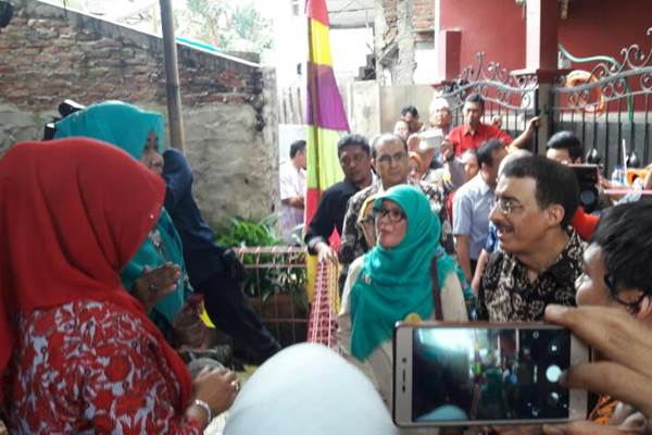President IDB, Bandar Al Hajjar, mengunjungi Kelurahan Pisangan Timur di Jakarta Timur, salah satu lokasi penerima manfaat dari proyek yang di dukung oleh IDB di Integrated Community Driven Development (ICDD) Phase III dan Program Kota Tanpa Kumuh (KOTAKU), Sabtu (8/4/2017).. - .Bisnis/Deandra Syarizka